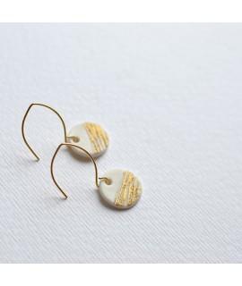 SOUVENIR wit porselein oorbel by Fleurfatale