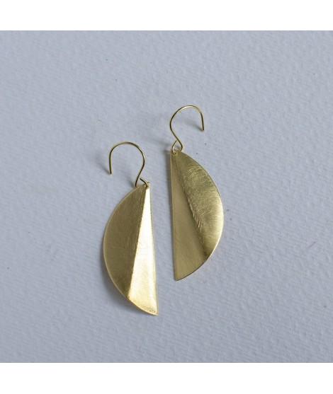 Folded goudvergulde halve cirkel oorbellen by Fleurfatale