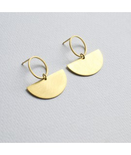 CIRCULAR gouden halve cirkel oorbellen by Fleurfatale