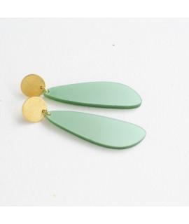 Gouden oorbel met zachtgroene druppel hanger by Fleurfatale