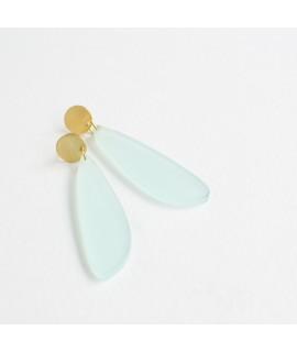 Gouden oorbel met lucide muntgroene druppel by Fleurfatale