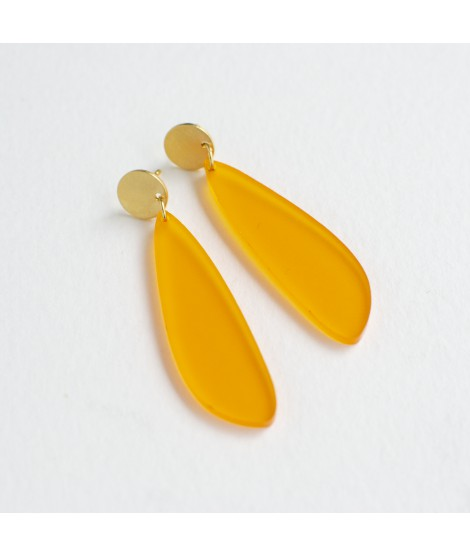 Gouden oorbel met appelsienoranje druppel by Fleurfatale