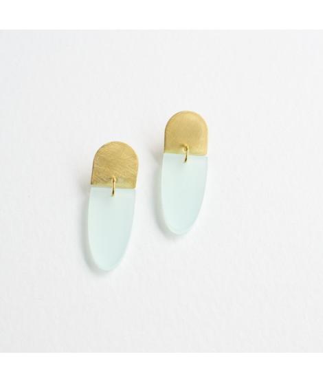 Gouden oorbel met muntgroene druppel by Fleurfatale