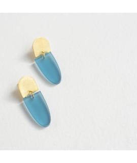 Gouden oorbel met ijsblauwe druppel by Fleurfatale