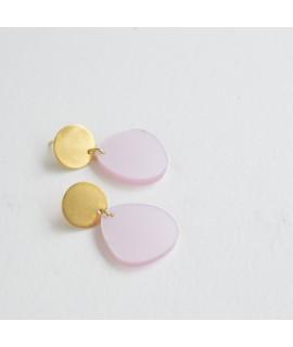 Gouden oorbel met poederroze druppel by Fleurfatale