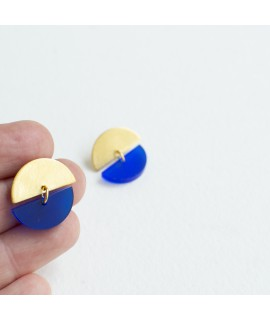 Gouden oorbel met kobaltblauwe pebble by Fleurfatale