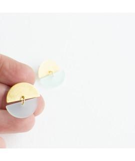 Gouden oorbel met muntblauwe pebble by Fleurfatale