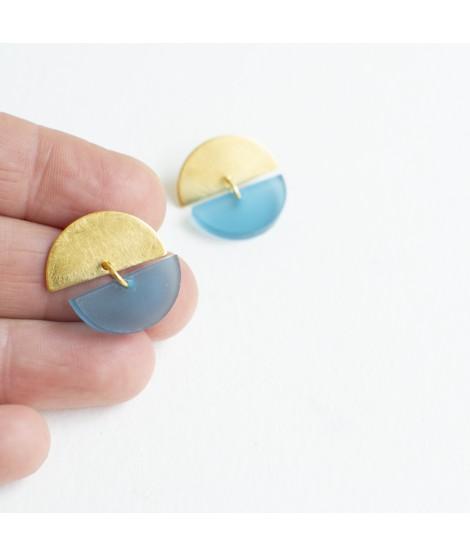 Gouden oorbel met ijsblauwe pebble by Fleurfatale