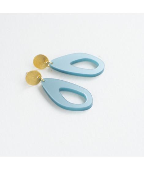 Goudvergulde oorbellen met ijsblauwe druppel by Fleurfatale