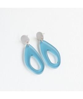 Zilveren oorbellen met ijsblauwe druppel by Fleurfatale