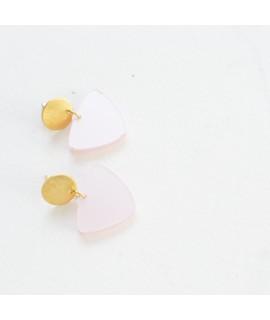 Gouden oorbel met lichtroze pebble by Fleurfatale