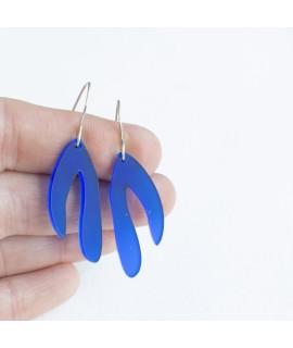 zilveren oorhangers met Kobaltblauw blaadje by Fleurfatale