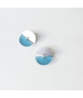 Gouden oorbel met zeeblauwe pebble by Fleurfatale