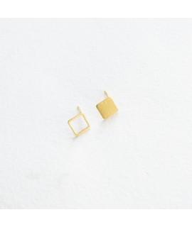 ASSYMETRISCHE goud vergulde oorbellen vierkantje by Fleurfatale
