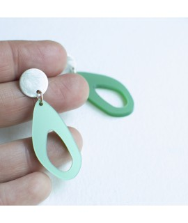 Zilveren oorbellen met groene druppel by Fleurfatale