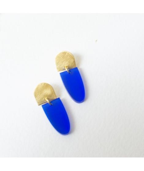 Goudvergulde oorbellen met kobalt blauwe hanger by Fleurfatale