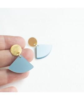 Gouden oorbel met ijsblauwe maan hanger by Fleurfatale