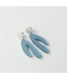 zilveren oorbellen met metaalblauwe hanger by Fleurfatale