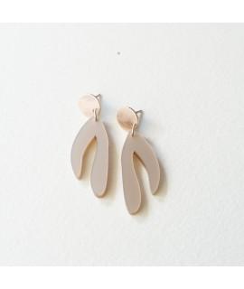 rosegoud vergulde oorbellen met nudekleurige hanger by Fleurfatale