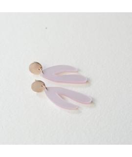 rosegoud vergulde oorbellen met poederroze hanger by Fleurfatale
