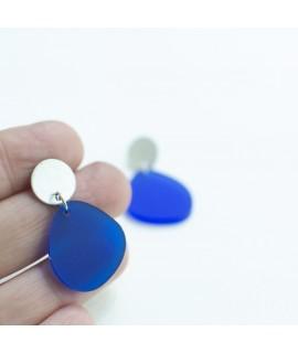 Zilveren oorbel met kobaltblauwe pebble by Fleurfatale