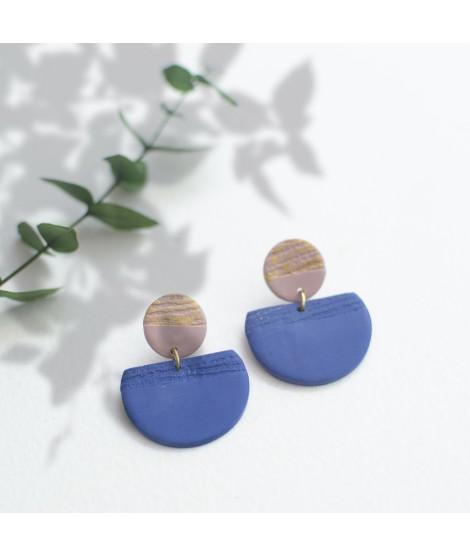 Roze en blauwe  klei oorbellen met goudluster by Fleurfatale