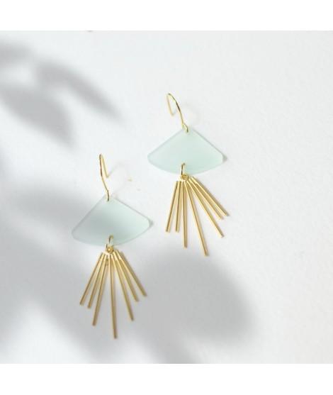 Goudvergulde oorbellen met muntkleurige druppel by Fleurfatale