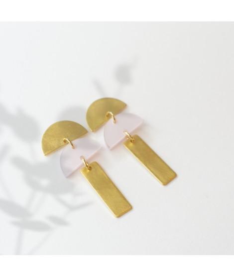 Goudvergulde oorbel met lichtroze pebble by Fleurfatale