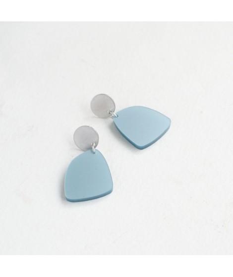 Zilveren oorbel met ijsblauwe pebble by Fleurfatale