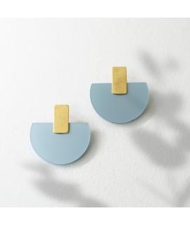 Gouden oorbel met ijsblauwe hanger by Fleurfatale