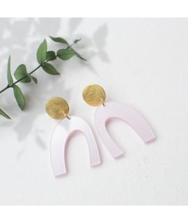 LUZ arcade oorbellen in poederroze en mat goud by Fleurfatale