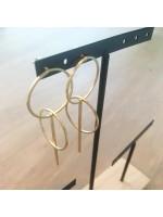 Goudvergulde oorbel met cirkels en staafjes by Fleurfatale
