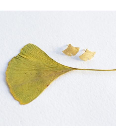 Ginkgo biloba goud vergulde en zilveren blaadjes oorstekers by Fleurfatale uit gent