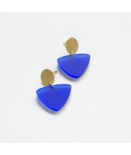 Zilveren of goudvergulde oorbel met kobaltblauwe driehoek by Fleurfatale gent