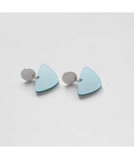 Zilveren of goudvergulde oorbel met ijsblauwe driehoek by Fleurfatale