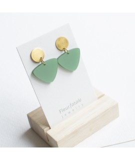Zilveren of goudvergulde oorbel met groene driehoek by Fleurfatale