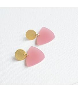 Zilveren of goudvergulde oorbel met poeder roze driehoek by Fleurfatale
