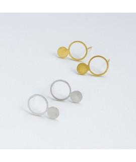 Zilveren of goud vergulde oorstekers met cirkels en staafjes by Fleurfatale uit Gent asymmetric