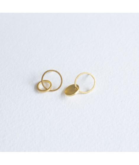 Asymmetrisch zilveren of goud vergulde oorstekers met cirkels en by Fleurfatale uit Gent asymmetric